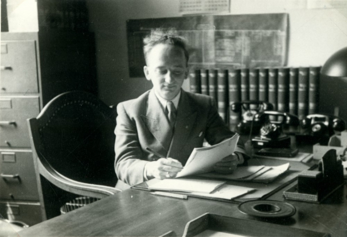 1948_palaceofjustice_benferencz_office_writing_02